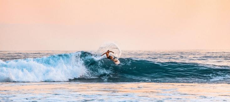 Hinein in die Wellen und den Sommer genießen