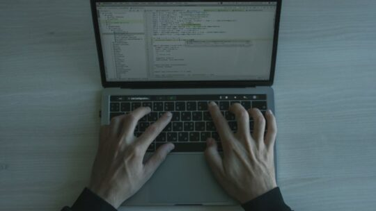 Zuverlässigkeit von Software-Prozessen sicherstellen: Ein Überblick